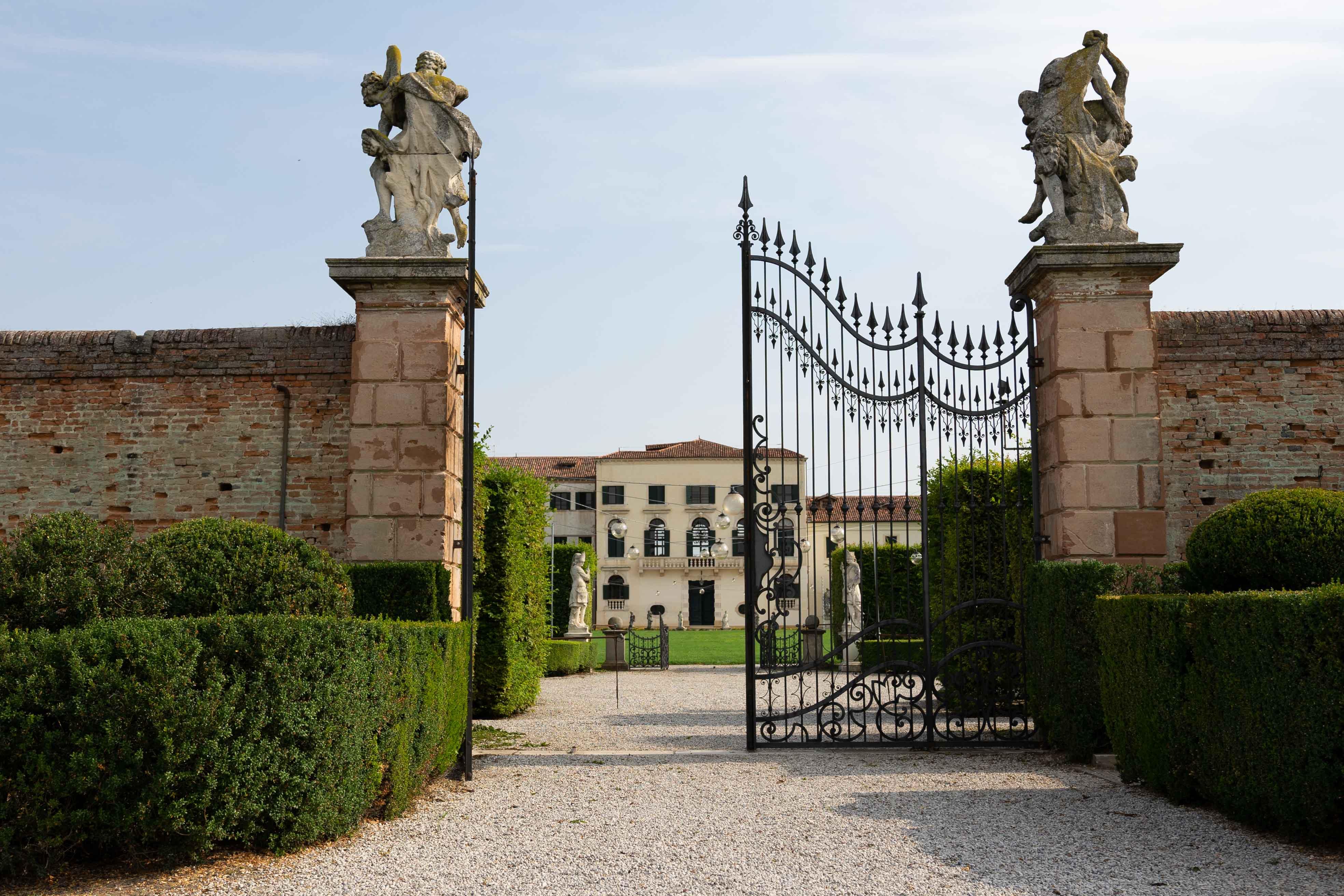 Cancello con entrata nel giardino della Villa Dominio di Bagnoli